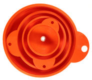 Pila de cuatro embudos plásticos anaranjados aislados en el backgroun blanco fotos de archivo libres de regalías