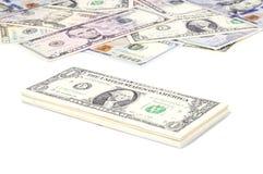 Pila de cuentas de dólar de EE. UU. con 1 dólar en el top 2 Fotografía de archivo
