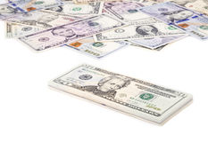 Pila de cuentas de dólar de EE. UU. con 20 dólares en el top 2 Foto de archivo