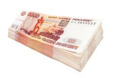 Pila de cuentas de las rublos rusas sobre el fondo blanco Fotografía de archivo libre de regalías