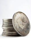 Pila de dólares y de monedas Imágenes de archivo libres de regalías