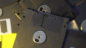 Pila de datos del viejo estilo transferir los discos blandos, fondo de giro giratorio almacen de video