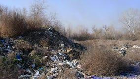 Pila de desperdicios grande en el medio de la naturaleza natural, concepto de contaminación ambiental almacen de video