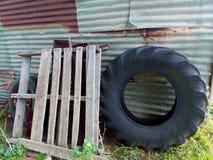 Pila de desperdicios vieja de la cabaña de la granja fotografía de archivo