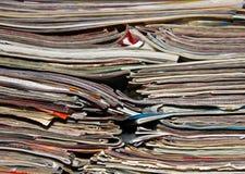 Pila de diarios viejos para el fondo Imagen de archivo libre de regalías