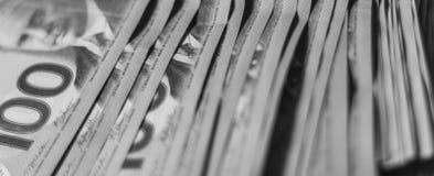 Pila de dinero canadiense blanco y negro imágenes de archivo libres de regalías