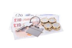 Pila de dinero con una llave de la casa en una etiqueta fotografía de archivo