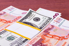 Pila de dinero en la tabla Foto de archivo