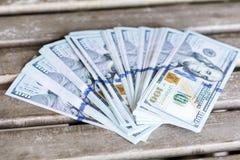 Pila de dinero en un fondo de madera Imagenes de archivo