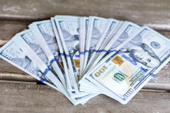 Pila de dinero en un fondo de madera Imagen de archivo libre de regalías