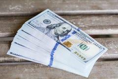 Pila de dinero en un fondo de madera Fotografía de archivo libre de regalías