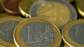 Pila de dinero euro de las monedas almacen de video