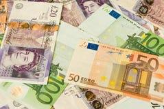 Pila de dinero que contiene libras y euros Imagen de archivo