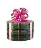 Pila de discos CD con el cordón rosado del regalo sobre blanco Imágenes de archivo libres de regalías