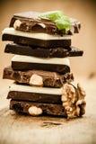 Pila de diversas clases chocolate y nuez Imagen de archivo