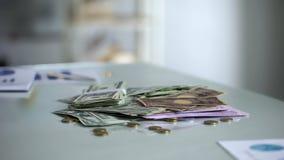 Pila de diversas monedas que mienten en la tabla, los ahorros o el depósito bancario, inversión fotos de archivo libres de regalías