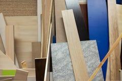 Pila de diversas muestras de las fuentes de la construcción El aislamiento hace espuma y los tableros de madera fotografía de archivo