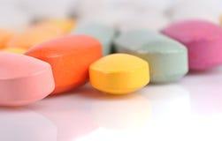 Pila de diversas píldoras aisladas en blanco Foto de archivo