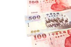 Pila de diverso dinero de Taiwán aislado en el fondo blanco cierre fotos de archivo libres de regalías