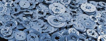 Pila de diversos espaciadores y lavadoras de aluminio azules, vagos industriales Fotos de archivo libres de regalías