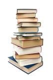 Pila de diversos libros aislados en el fondo blanco vertical Fotografía de archivo