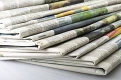 Pila de diversos periódicos Fotografía de archivo