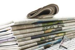 Pila de diversos periódicos Foto de archivo
