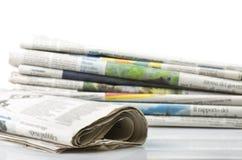 Pila de diversos periódicos Imagen de archivo libre de regalías