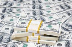 Pila de dólares en el dinero Imágenes de archivo libres de regalías