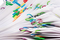 Pila de documentos con los clips Imagen de archivo libre de regalías