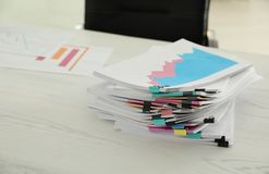 Pila de documentos con los clips de papel en la tabla Espacio para el texto imágenes de archivo libres de regalías