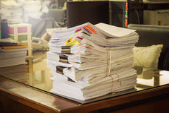 Pila de documentos en el escritorio Imagen de archivo libre de regalías