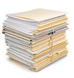 Pila de documentos en las carpetas aisladas en blanco Fotos de archivo libres de regalías