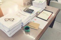 Pila de documentos inacabados en el escritorio de oficina, pila de documento comercial Imágenes de archivo libres de regalías