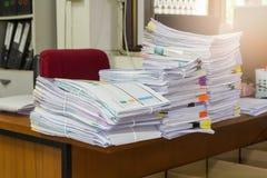 Pila de documentos inacabados en el escritorio de oficina Fotos de archivo libres de regalías