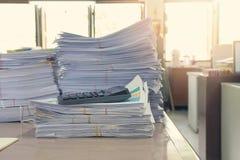Pila de documentos inacabados en el escritorio de oficina, pila de documento comercial Foto de archivo