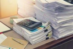 Pila de documentos inacabados en el escritorio de oficina, pila de documento comercial, Fotografía de archivo libre de regalías