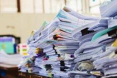 Pila de documentos o de ficheros en oficina Imágenes de archivo libres de regalías