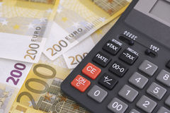 Pila de doscientos billetes de banco euro y de calculadora Foto de archivo