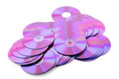 Pila de DVDs colorido o de Cdes en el fondo blanco Fotos de archivo libres de regalías