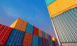 Pila de envases caja, nave de la carga del cargo para los BU de las importaciones/exportaciones imágenes de archivo libres de regalías