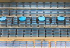 Pila de envases de comida en estantes Foto de archivo