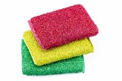 Pila de esponjas de limpieza, esponjas que se lavan aisladas en blanco Imagen de archivo