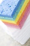 Pila de esponjas del arco iris - primer Imagen de archivo