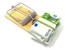 Pila de euros de los centenares, como cebo, en ratonera de madera Imagenes de archivo