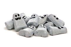 Pila de fantasmas del caramelo de chocolate de Halloween sobre blanco Imagen de archivo libre de regalías