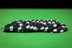 Pila de fichas de póker en una tabla verde Foto de archivo libre de regalías