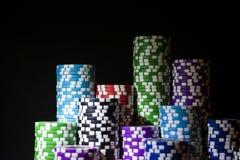 Pila de fichas de póker en una tabla verde del póker del juego en el casino Concepto del juego de póker Jugar a un juego con los  Foto de archivo libre de regalías