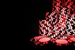 Pila de fichas de póker rojas aisladas en un fondo negro Tabla del póker Concepto del juego de póker Jugar a un juego con los dad Fotografía de archivo