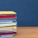 Pila de ficheros en el cuadrado superficial de madera Foto de archivo libre de regalías
